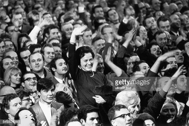 Germany, Berlin US-President Richard Nixon visiting Berlin, workers of the Borsig company cheering for Nixon