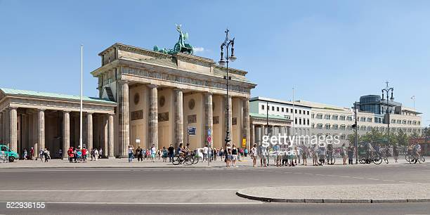 germany, berlin, view to brandenburg gate and place of march 18 - mensch im hintergrund stock-fotos und bilder