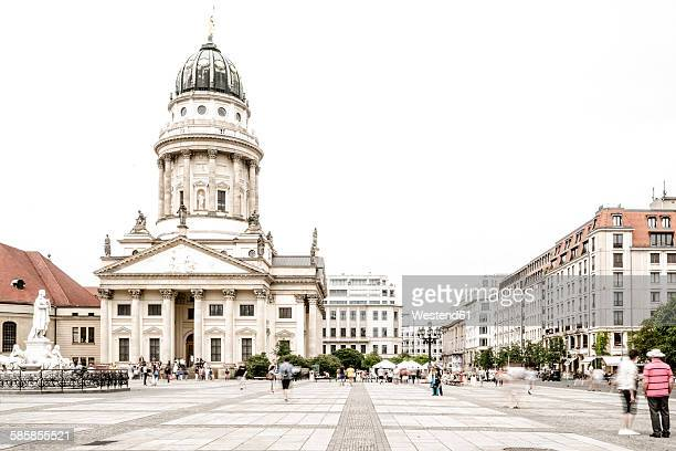 germany, berlin, view to french cathedral at gendarmenmarkt - gendarmenmarkt stock pictures, royalty-free photos & images
