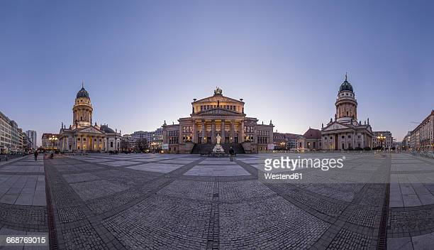 germany, berlin, view to gendarmenmarkt in the evening - gendarmenmarkt - fotografias e filmes do acervo