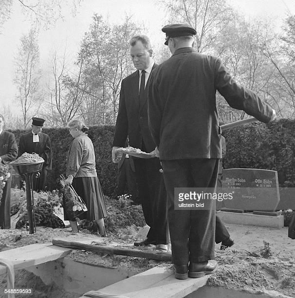 Germany Berlin Wedding mayor Willy Brandt at the buriel of Ida Siekmann at the municipal cemetry Seestrasse Ida Siekman was the first wall victim on...