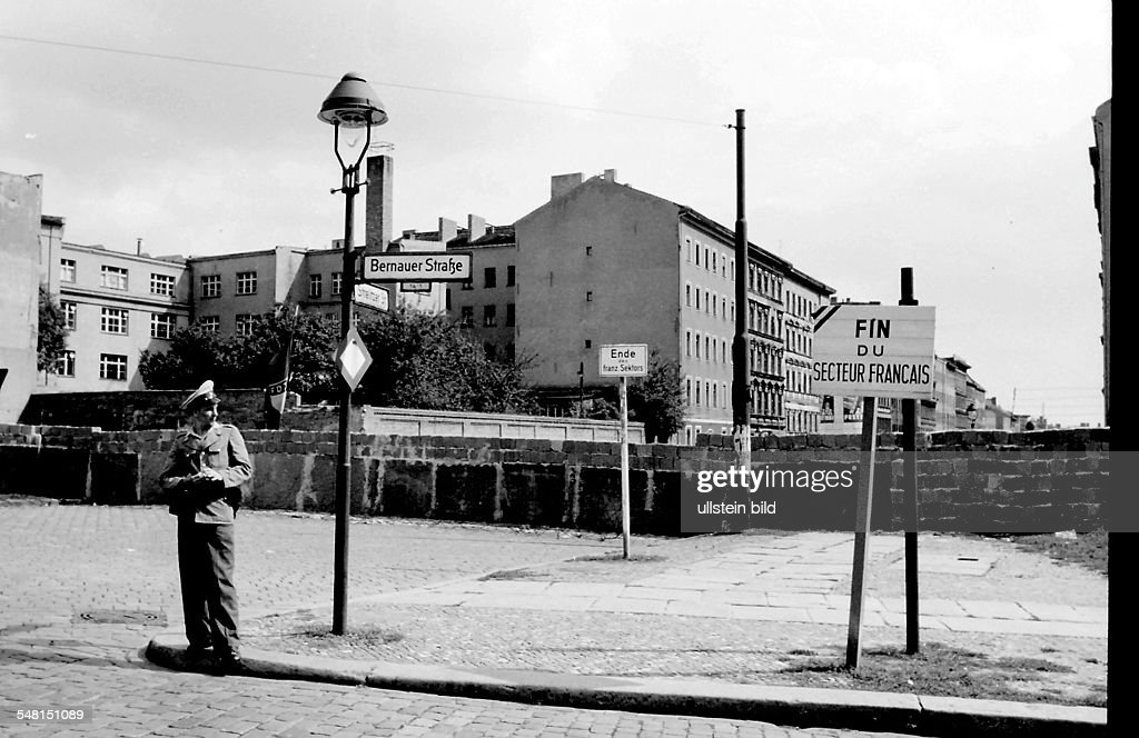 Germany Berlin Wedding (Mitte) - the wall at the Bernauer / Strelitzer Strasse; End of the French Sector - August 1961 : Foto jornalística