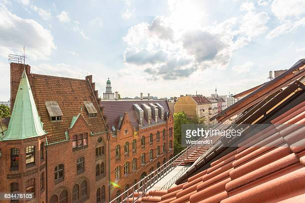 Germany, Berlin-Friedrichshain, roof top and building at Rigaer Strasse