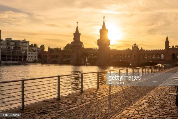 germany, berlin-friedrichshain, view to oberbaum bridge at sunrise - スプリー川 ストックフォトと画像