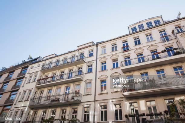 germany, berlin-mitte, historical refurbished multi-family houses - bauwerk stock-fotos und bilder