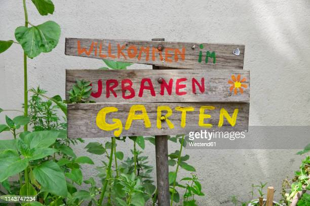 germany, berlin-mitte, welcome sign to urban gardening - urban garden stock pictures, royalty-free photos & images