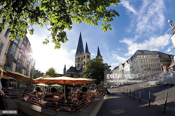 germany, bonn, cathedral, sidewalkk cafe in foreground - lugar famoso local fotografías e imágenes de stock