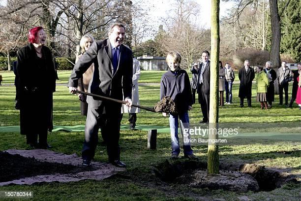 Germany Bonn Gerhard SCHROEDER former federal chancellor planting his chancellor tree from left Heidemarie WIECZOREKZEUL Baerbel DIECKMANN Gerhard...