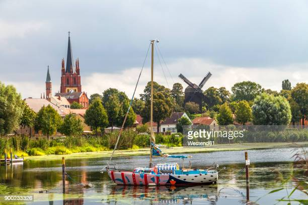 germany, brandenburg, werder an der havel, view to heilig-geist-kirche and post mill - land brandebourg photos et images de collection