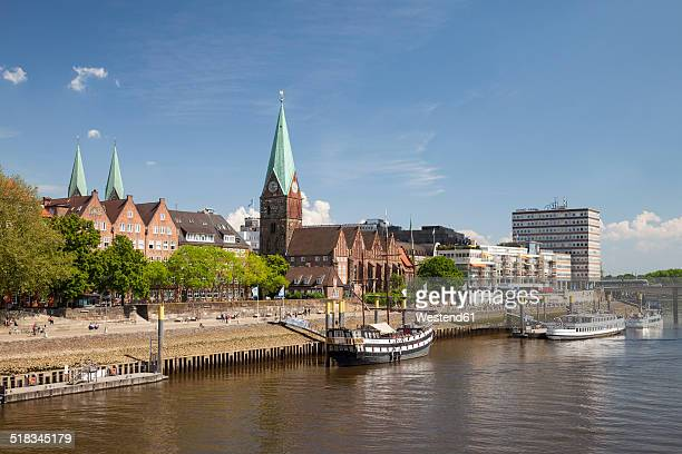 germany, bremen, view to boardwalk schlachte, saint martin's church and martini landing pier - bremen stock pictures, royalty-free photos & images