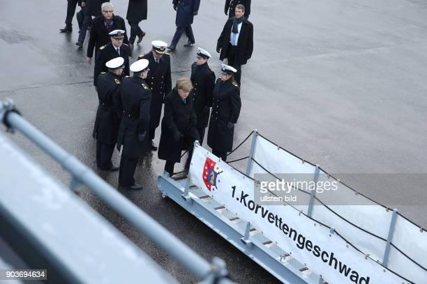Germany Bundeskanzlerin Angela Merkel im Marine Stuetzpunkt Liel bei den Kampfschwimmern auf der Fregatte Braunschweig Wie laenge faehrt so ein...