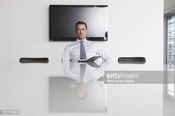 germany, cologne, businessman sitting in conference room - só um homem - fotografias e filmes do acervo