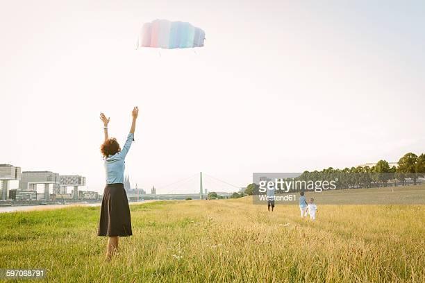 germany, cologne, family flying kite in a field - colônia renânia - fotografias e filmes do acervo