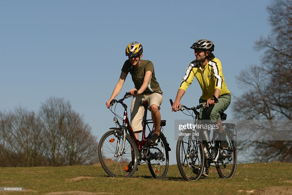 DEU, Germany, Cologne: Free time.- Young couple on their mountainbike tour through the green. : Nieuwsfoto's