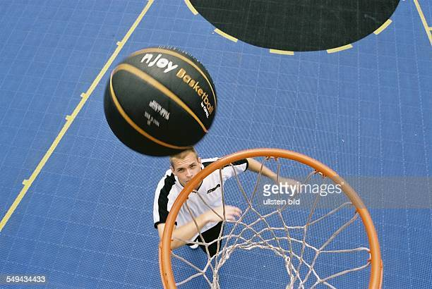 Germany, Cologne: Opel-Challenge-Final. - Look from above at the basket, a player and the field.