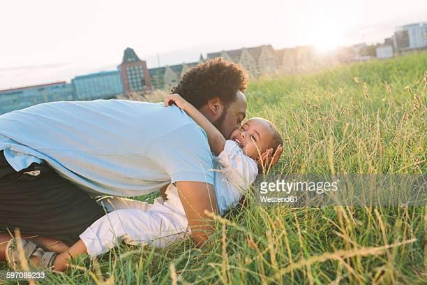 germany, cologne, playful father with son in field - colônia renânia - fotografias e filmes do acervo