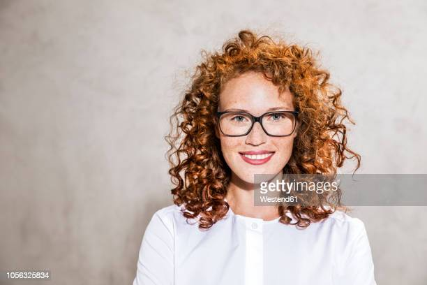 germany, cologne, portrait of freckled young woman wearing glasses - sarda - fotografias e filmes do acervo