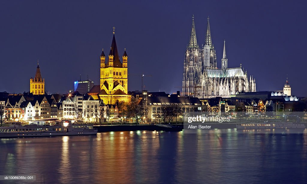 Germany, Cologne, Skyline with Cologne cathedral and Gross St Martin at night : Stockfoto