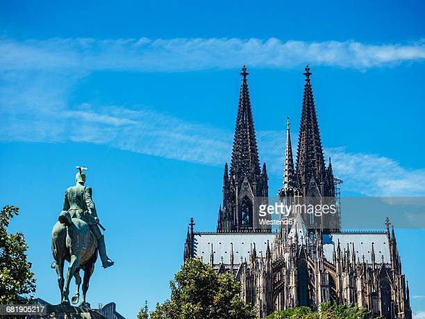 germany, cologne, view to equestrian sculpture of wilhelm ii and cologne cathedral - cologne cathedral stock photos and pictures