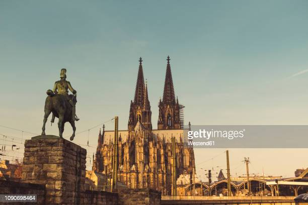 germany, cologne, view to equestrian sculpture of wilhelm ii, cologne cathedral and central station - monumente stock-fotos und bilder