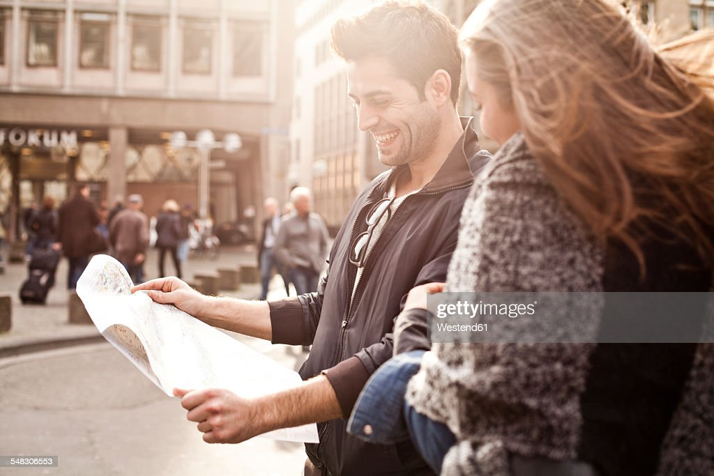 Germany, Cologne, young couple orientating with city map : Stock-Foto