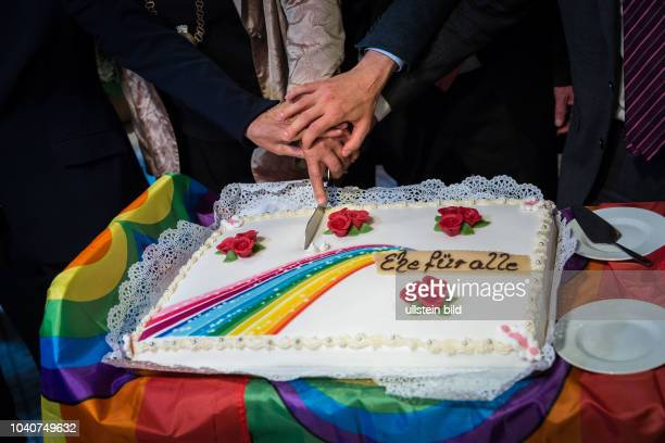 Germany Deutschland Berlin Die erste gleichgeschlechtliche Eheschliessung im Goldenen Saal des Schöneberger Rathauses. Das Brautpaar sind Bodo Mende...