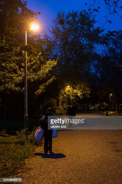 Germany Deutschland Berlin Ein Obdachloser auf dem Weg in den Tiergarten, wo Menschen am Rande Zelte aufgeschlagen haben, oder im Freien übernachten.