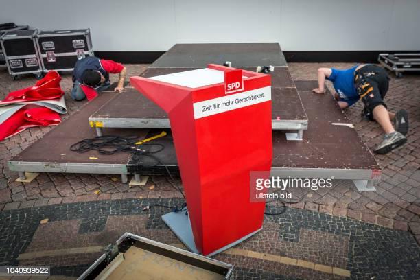 Germany Deutschland Berlin Wahlkampfauftritt des SPD Kanzlerkandidaten Martin Schulz. Abbau der Bühne nach Ende der Veranstaltung.