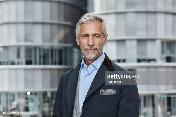 germany, duesseldorf, portrait of fashionable mature businessman - geschäftskleidung stock-fotos und bilder