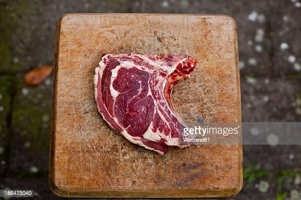 germany, duesseldorf, raw beef on wood block - fleisch stock-fotos und bilder