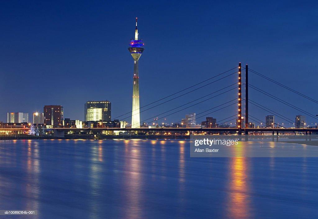 Germany, Dusseldorf, Karlstadt and Rhine at night : Stockfoto
