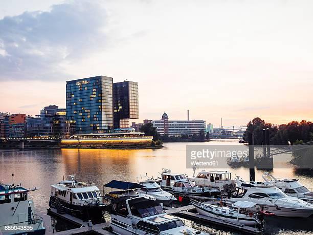 germany, dusseldorf, media harbor with marina at evening twilight - medienhafen stock-fotos und bilder