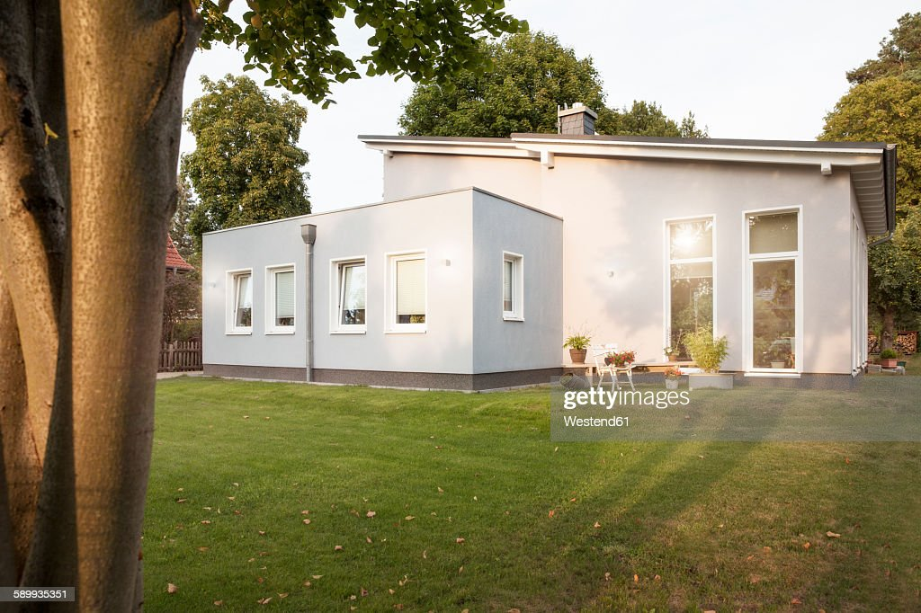 Germany, Eggersdorf, house and garden : Stock-Foto