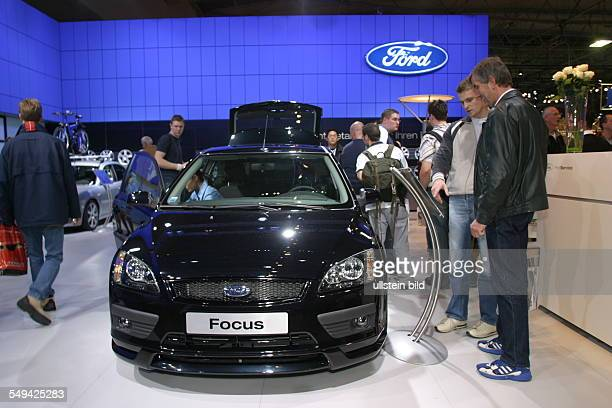Germany, Essen: EMS - Essen Motor Show.- International fair for automobiles, tuning und classics; visitors at the stand of FORD.