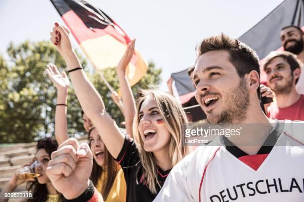 Fans d'Allemagne regarder et soutenir leur équipe à la Ligue de football de concurrence mondiale