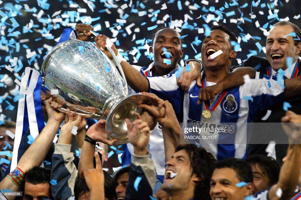 FC Porto's Benni McCarthy (top L) and Ca : News Photo