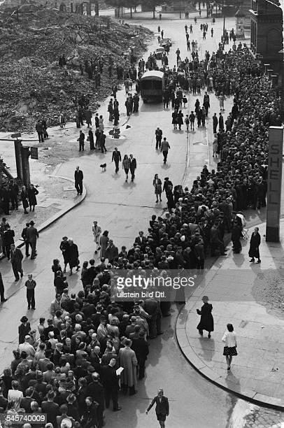 Germany fed rep monetary reform 20/21 june 1948 Exchanging 'Reichsmark' for 'Deutsche Mark' Waiting lines in front of the Hamburg 'Wirtschafts und...