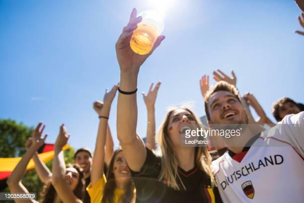 deutschland fußball-fans jubeln mit fahnen beobachten lokalen fußball-cup - weltmeisterschaft stock-fotos und bilder