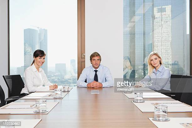 germany, frankfurt, business people in conference room, smiling, portrait - 会長 ストックフォトと画像