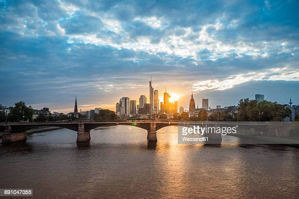 germany, frankfurt, view to financial district at sunset with ignatz-bubis-bridge in the foreground - frankfurt main stock pictures, royalty-free photos & images