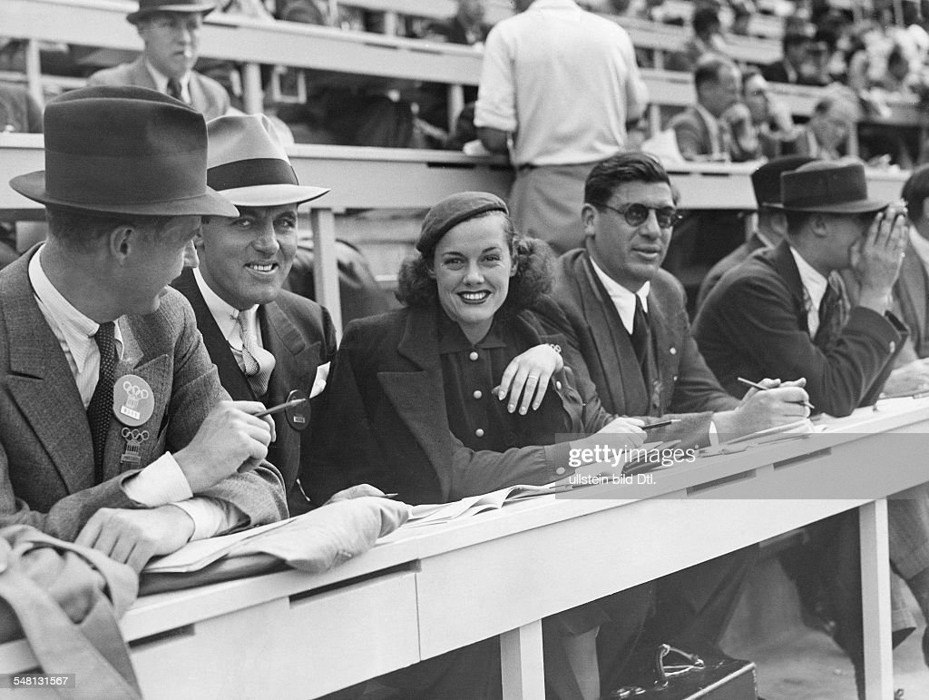 Germany Free State Prussia Berlin : 1936 Summer Olympics Eleanor Holm-Jarret, disqualified US swimmer, at the press gallery as reporter for the Hearst broadcasting company - August 1936 - Vintage property of ullstein bild : ニュース写真