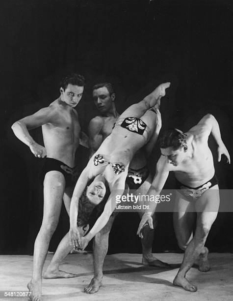 Germany Free State Prussia Berlin Berlin Acrobatic act of the artistgroup 'Dance Fables Co' Variete Scala with the dancer Estelle Mattern ca 1931...