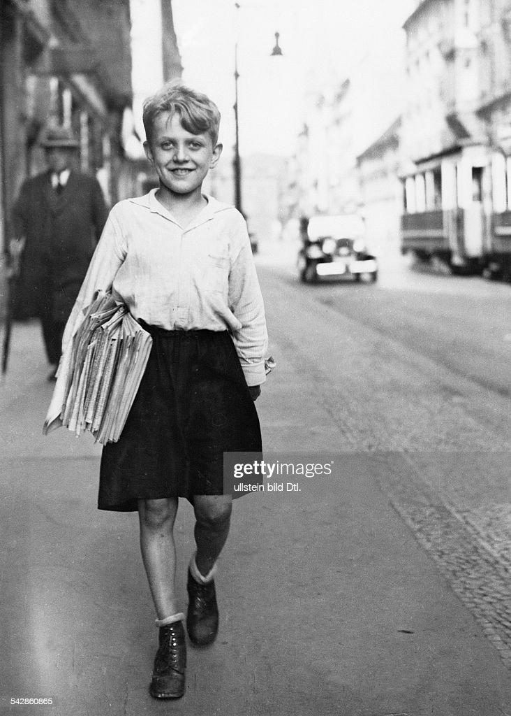 Germany Free State Prussia Berlin Berlin: Children A paperboy in Berlin delivers the paper Photographer: Emerich Goendoer - 1931 - Published by: 'Berliner Morgenpost' 1931 Vintage property of ullstein bild : Nachrichtenfoto
