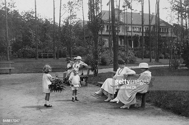 Germany Free State Prussia Berlin Berlin: Children and women at the new spa park near the station Heerstrasse, Westend - 1919 - Photographer: Ludwig...