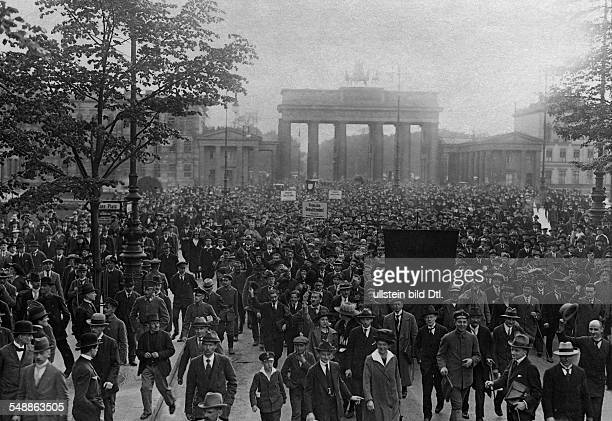 Germany Free State Prussia Berlin Berlin Demonstration against the peace conditions members of the SPD on the way to the Reich Chancellery in the...