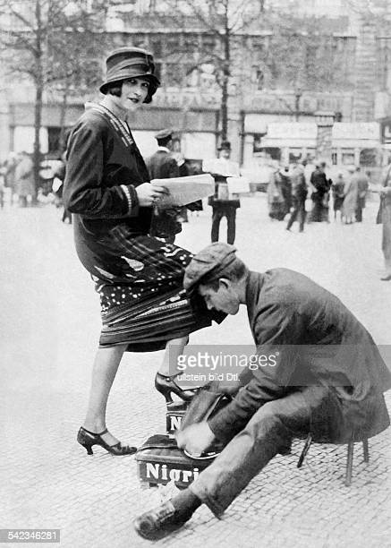 Germany Free State Prussia Berlin Berlin Fashion in the 1920ies and 1930ies Woman gets her shoes polished from a shoeshine boy 1924 38/1924 Vintage...