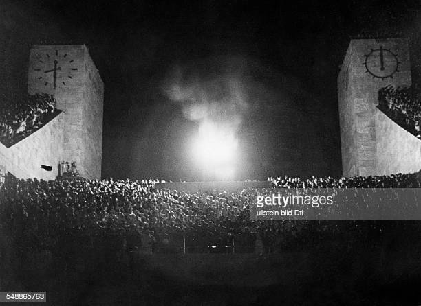 Germany Free State Prussia Berlin Berlin Olympic Games 1936 view to the fire bowl on the plattform at the at the Marathon gate just before the...