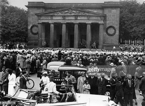 Germany Free State Prussia Berlin Berlin People gather at the street Unter den Linden to see the dayly changing of the guard at the Neue Wache during...