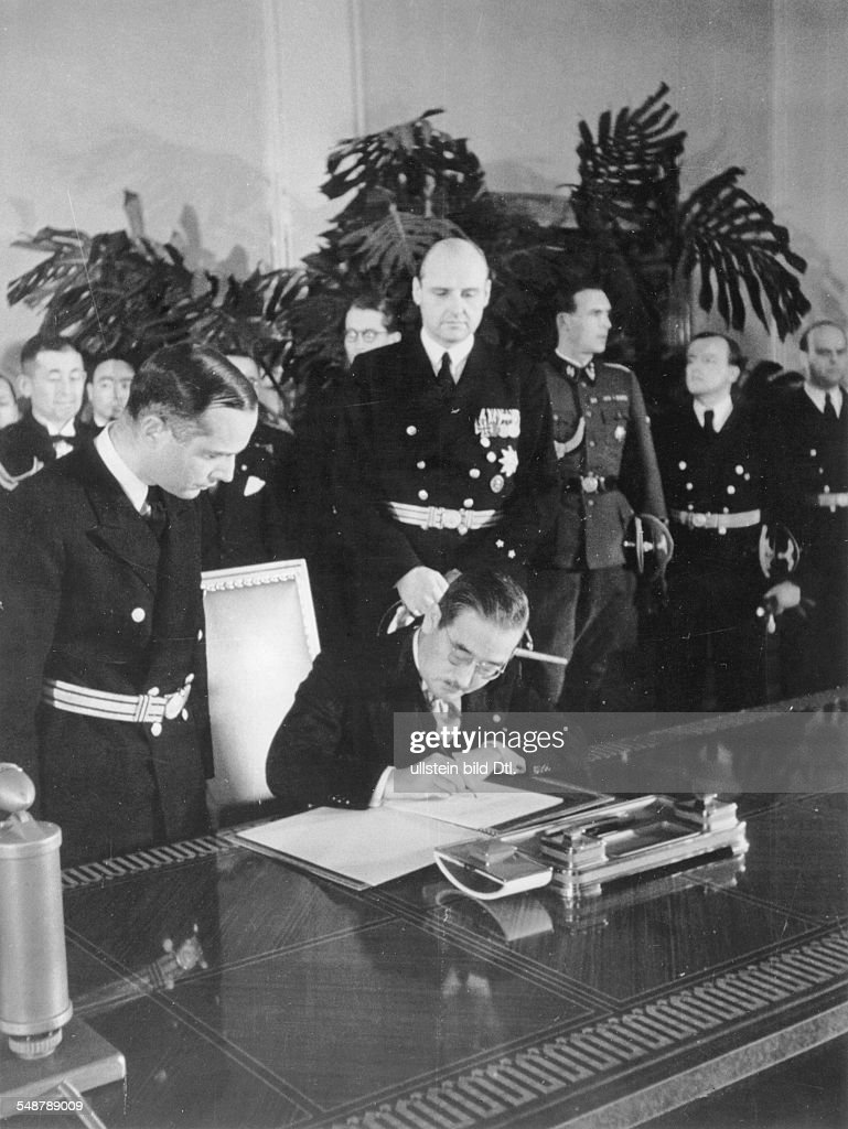 Tripartite Pact The Japanese Embassador Saburo Kurusu is signing the Pact in the Reich Chancellery; to his right, standing: Gustav Adolf von Halem, the deputy chief of protocol - 1940 - Vintage property of ullstein bild