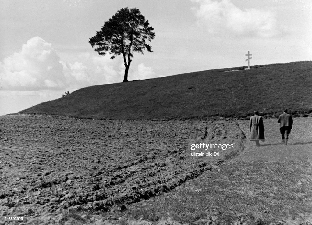 Germany Free State Prussia East Prussia Province : Masuria: field with a russian grave on a hill in the background - 1934- Photographer: Seidenstuecker- Vintage property of ullstein bild : News Photo
